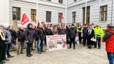 Vor der Staatskanzlei in Schwerin